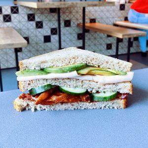 Crispy bacon with sliced avocado